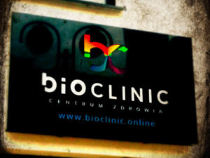 BioClinic Centrum Zdrowia - kaseton reklamowy Dibond LED Premium w kolorze antracytowym.