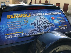 SEA WOLF Szkoła nurkowania - projekt i oklejenie szyby tylnej auta folią OWV.