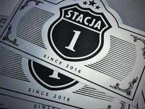 STACJA 1  - projekt y graficzne z okazji jubileuszu firmy m. in.: etykiety na firmowe szampany, balony z helem czy koszulki reklamowe.